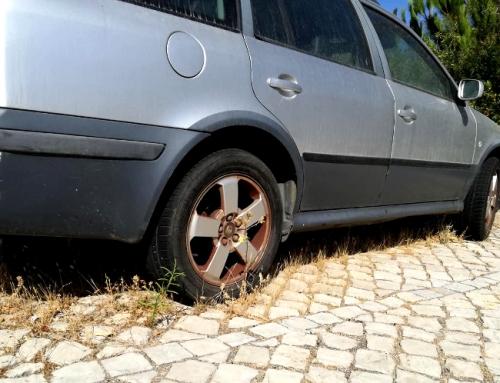 Viaturas abandonadas nas vias públicas reduzem estacionamento disponível